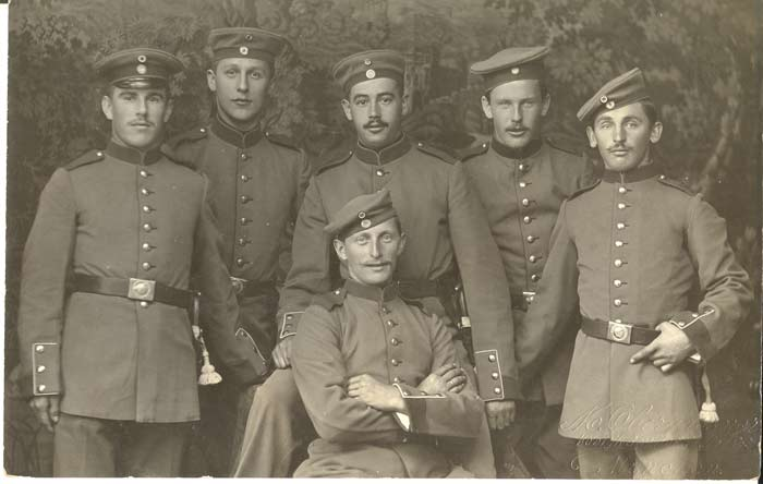 Die 6 Soldaten in Pose
