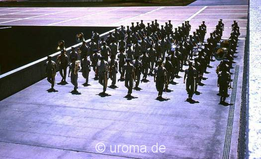 solders-marching-in-formati